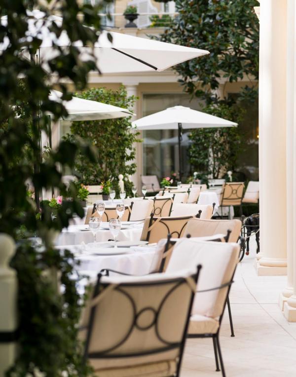 ブリストル パリの中庭は宿泊客以外も利用可