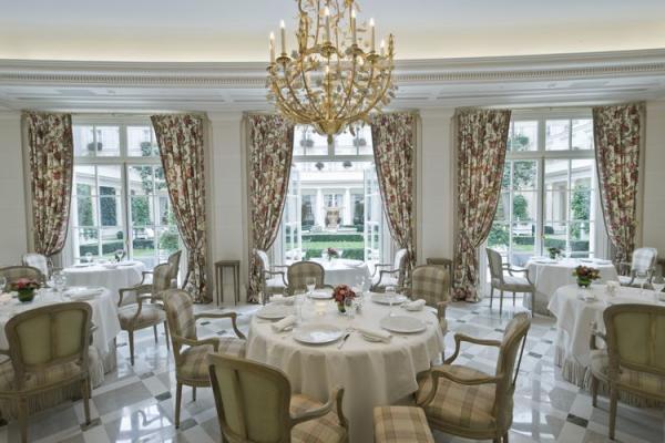 一般客でも利用できるレストランやカフェの紹介