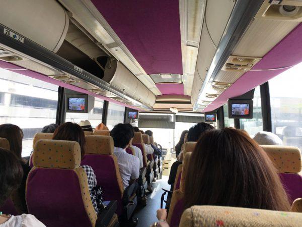 ホテル送迎バスの車内
