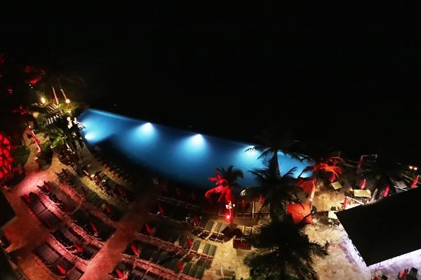 夜のプール付近