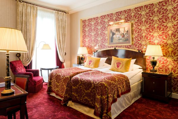赤が印象的な客室
