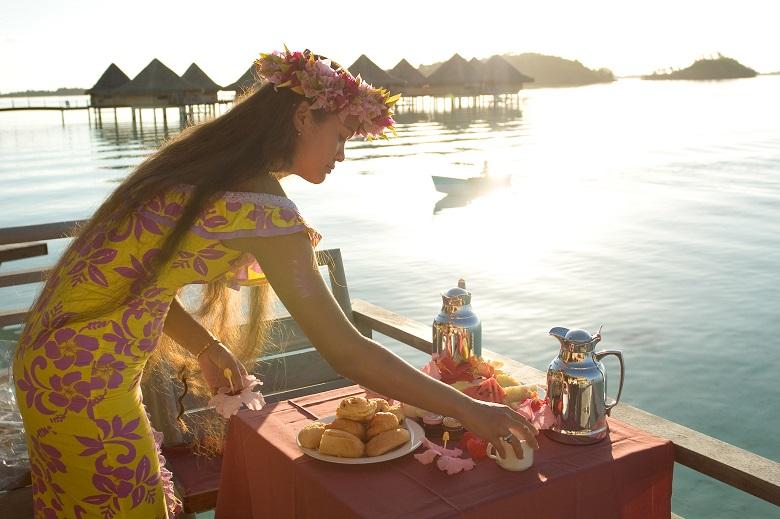 ボラボラ島の朝はラグーンを眺めながらの朝食