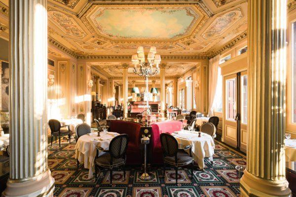 豪華な内装のカフェ・ド・ラペ