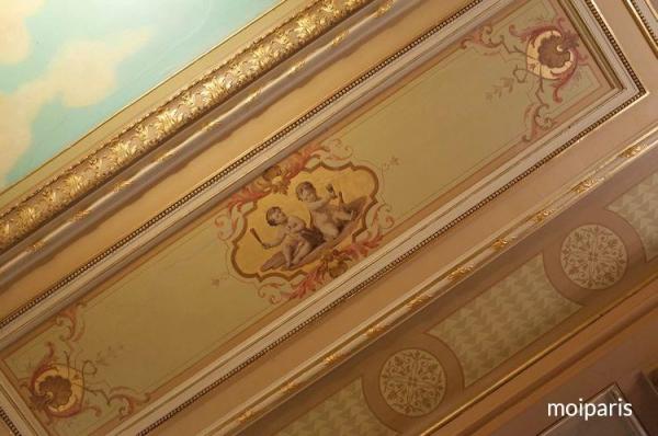 繊細で美しいフレスコ画に隠されているガス管