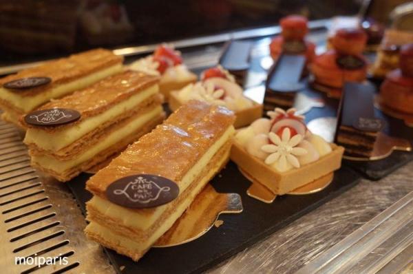 「カフェ・ド・ラ・ペ」に並ぶ美しいデセール