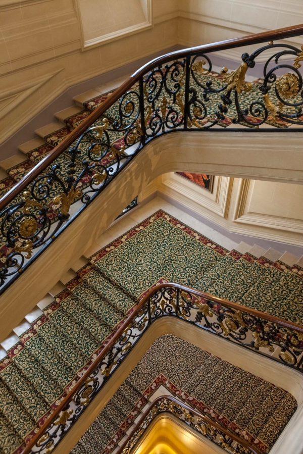 段差の低い階段でドレスアップした貴婦人が歩きやすいように