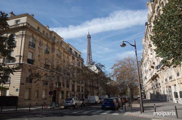 通りの向こうにエッフェル塔が見えてきた