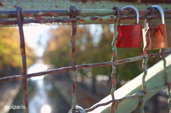 橋の欄干に南京錠