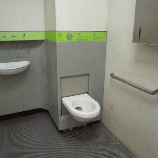 意外にきれいなジョルジュサンク通りのトイレ