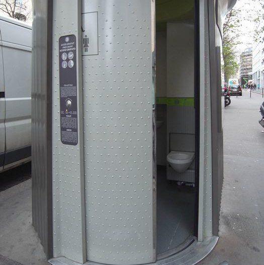 トイレのドアはかなりゆっくり閉まる
