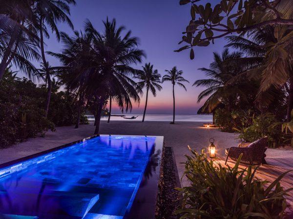 プール付きビーチビラの夕暮れ