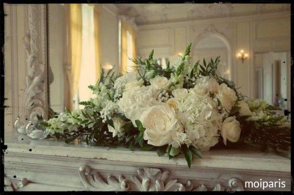 花嫁のブーケとおそろいの花で飾られたシャトー