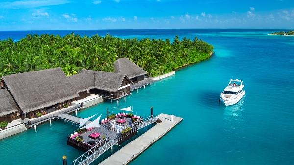 リゾートのレセプションとボート