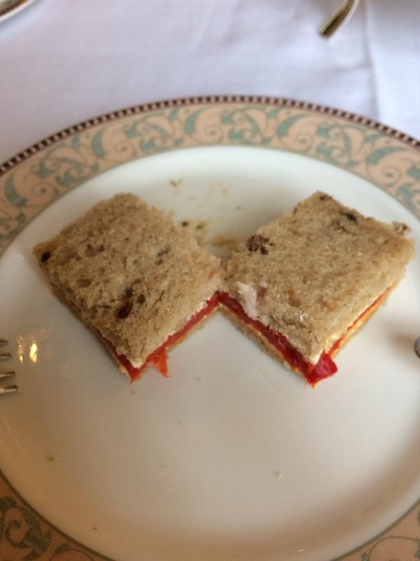 赤ピーマンとヤギのチーズのサンド