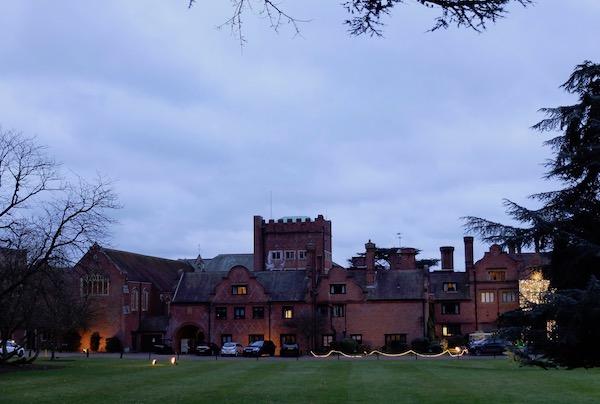 クリスマス時期の英国ハネムーンにアフタヌーンティーを楽しんで