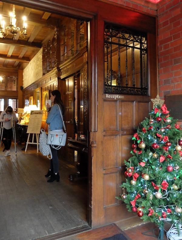 クリスマスムードたっぷりのマナーハウス