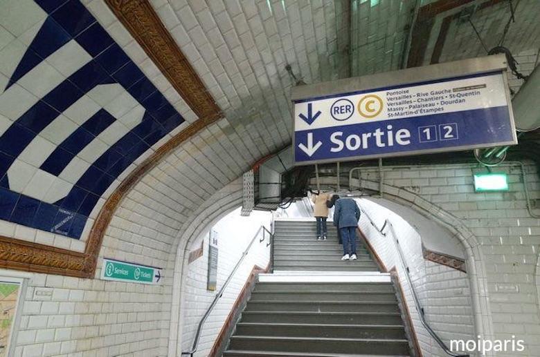 目的地に近い出口の階段を上ります