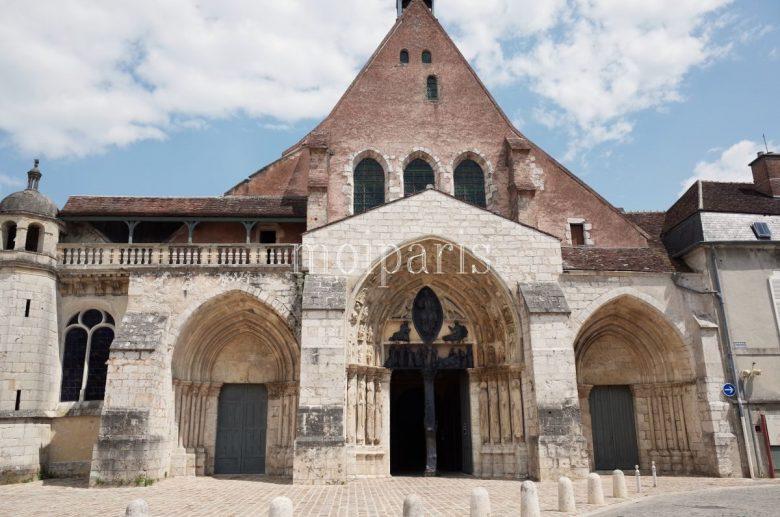 新市街にある11世紀の建造物「サン=タユール教会(L'église Saint-Ayoul)」