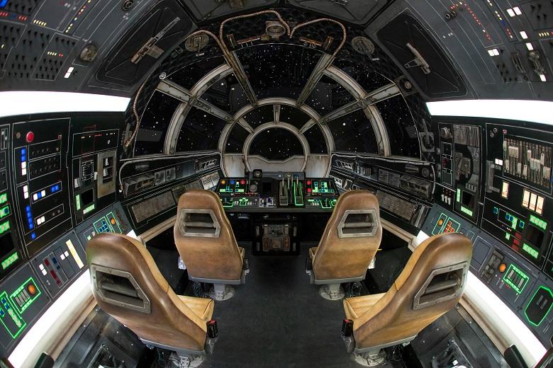 ファルコン号に乗って銀河を駆け抜けるアトラクション