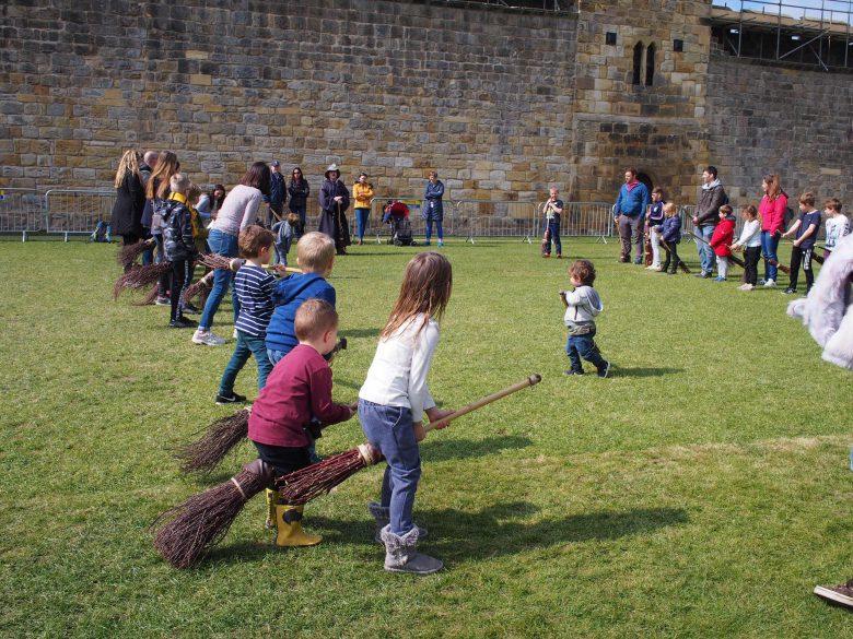 子供達も魔法使いになった気分で楽しそう