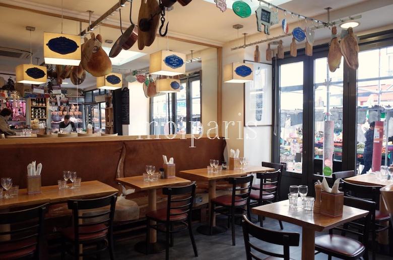 左側がお肉屋さんコーナー、右側がレストラン