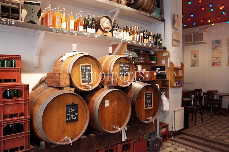 壁に並んだ樽ワインたち