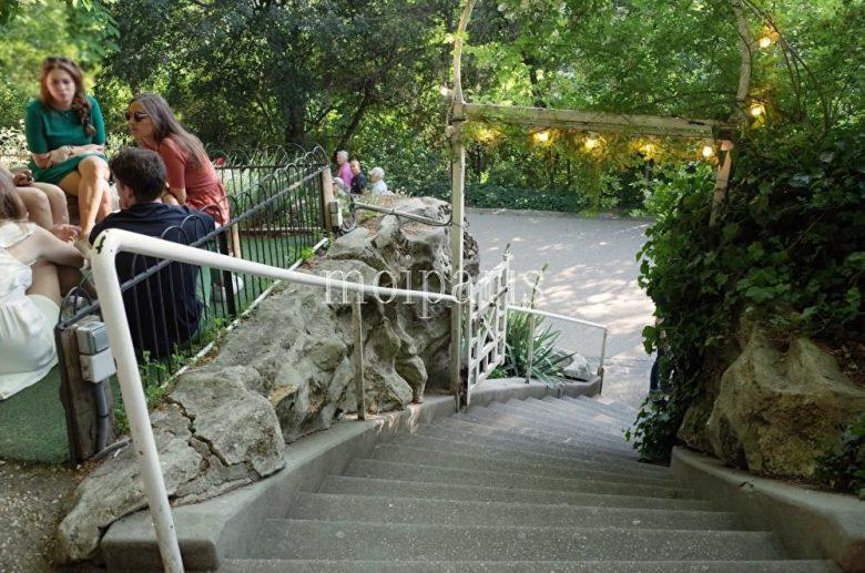 レストランに通じる階段