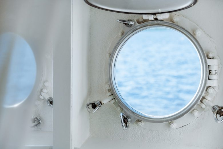 船旅らしい丸窓の客室