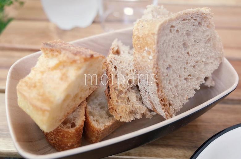 パンも 2 種で美味しい