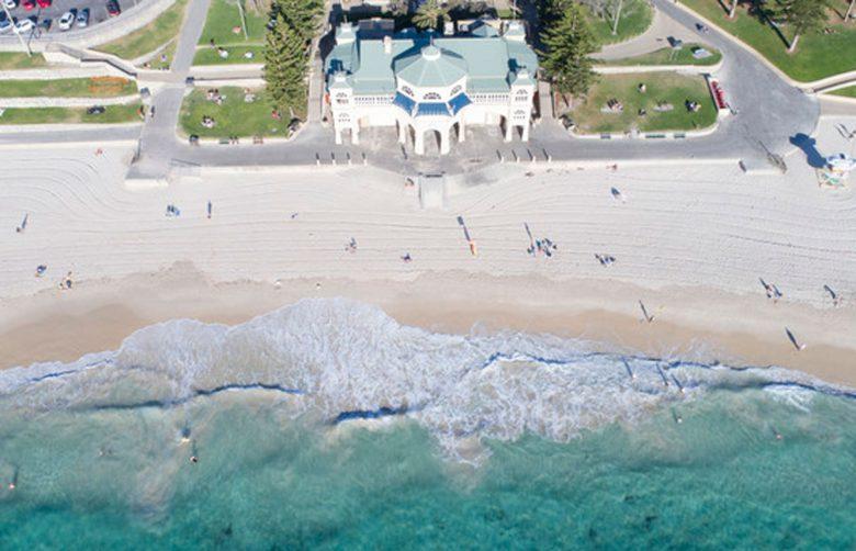 1km以上白砂が続くコテスロービーチ