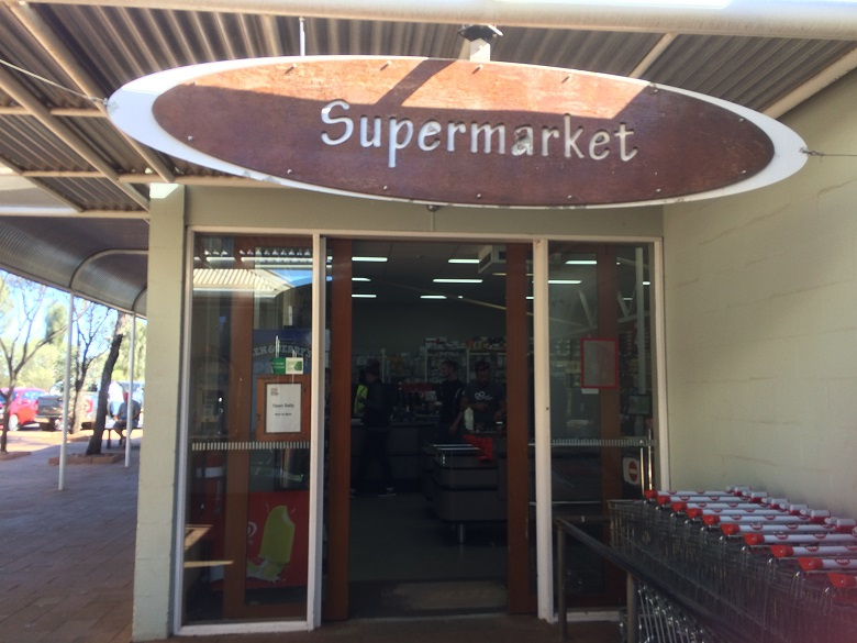 リゾートショッピングセンターのスーパーマーケット