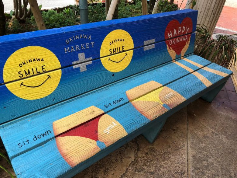 お店前のベンチはユーモアあふれるフォトスポットです