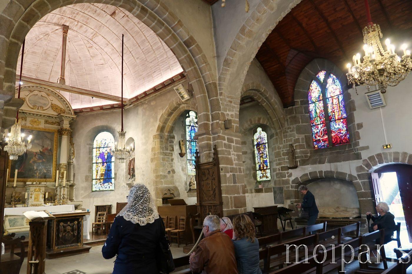 モンサンミッシェル、サンピエール教会、昼間の様子、ステンドグラスの輝き。