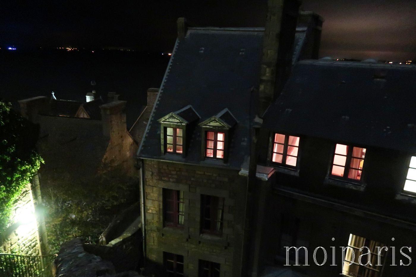 夜のモンサンミッシェル、静かな島内、明かりがともる部屋。