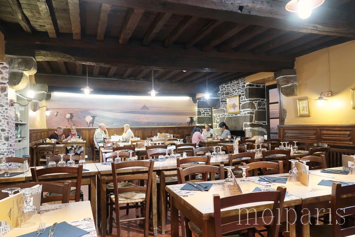 モンサンミッシェル、島内レストラン2、中世建築、観光客人気店。