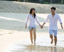 海辺、楽しむカップル。
