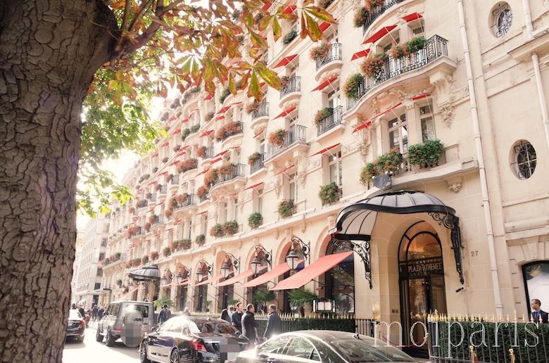 モンテーニュ通りに建つ「ホテル・プラザ・アテネ」