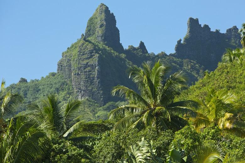 モーレア島の切り立つ山々