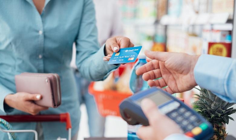 クレジットカードは複数持っていく