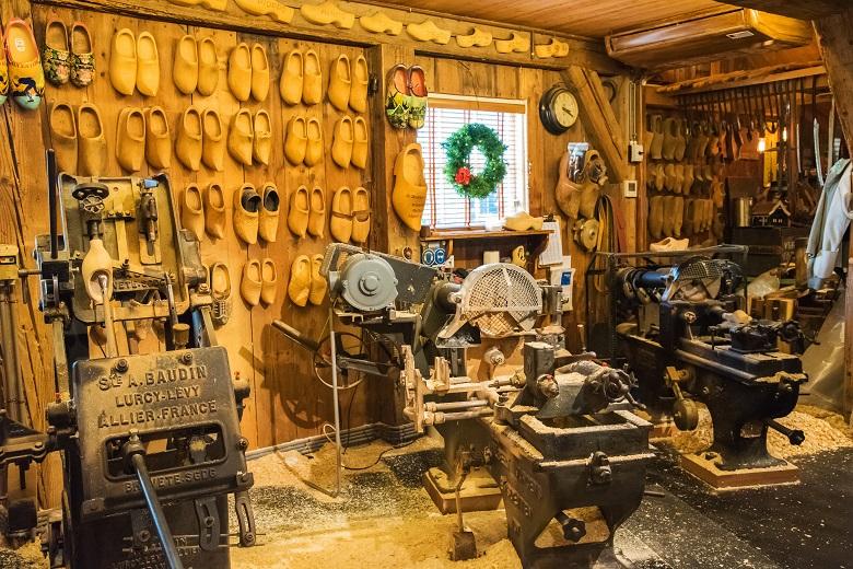木靴をつくる工房も