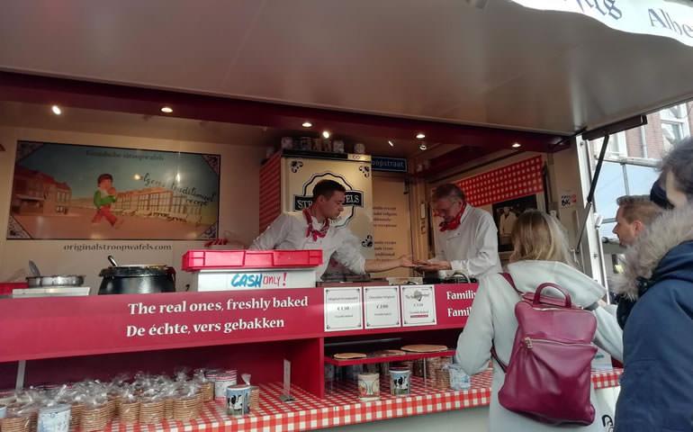 「オランダ満喫トランジットツアー」中心部でオランダ名物食べ歩き