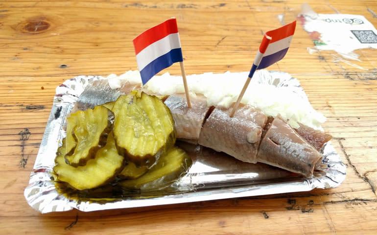 「オランダ満喫トランジットツアー」市場でオランダ名物食べ歩き