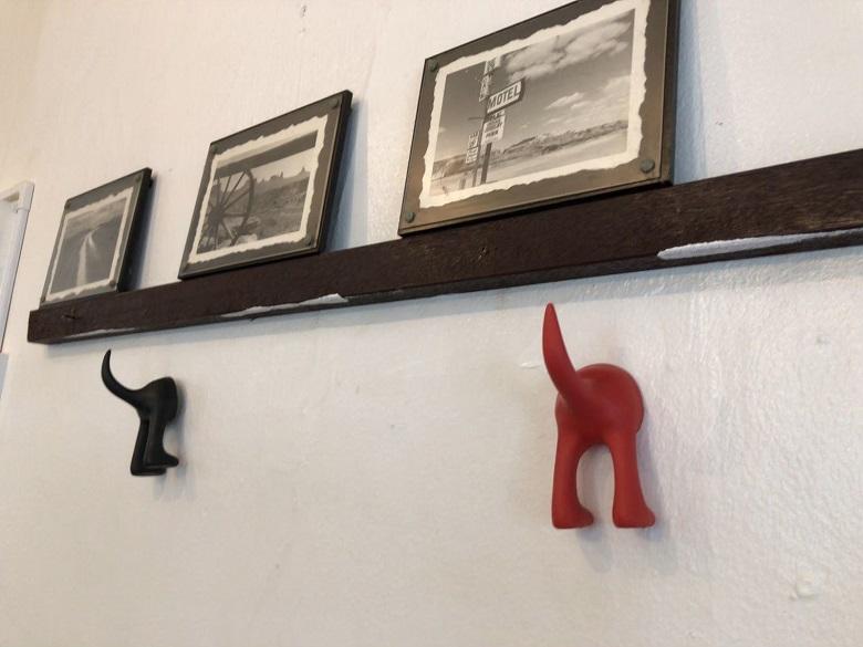 猫のモチーフがたくさん飾られている店内