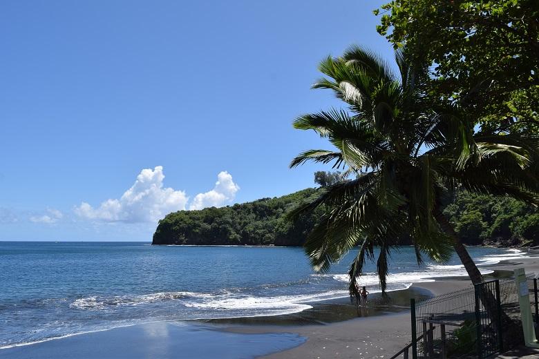 火山島らしい黒砂ビーチ
