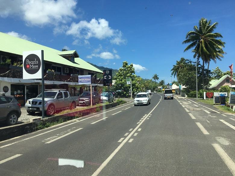 モーレア島は道幅が広く走りやすい