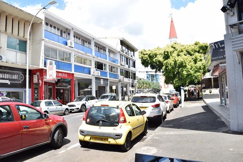 渋滞や交通量が多いパペーテ市内