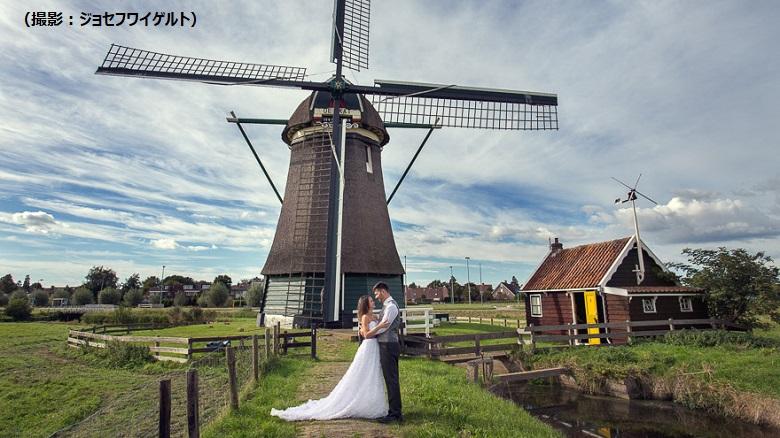 オランダ風車前でロマンティックな一枚を撮影
