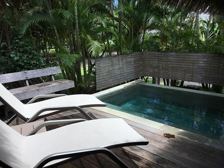 プライベートプール付きのガーデンバンガロー