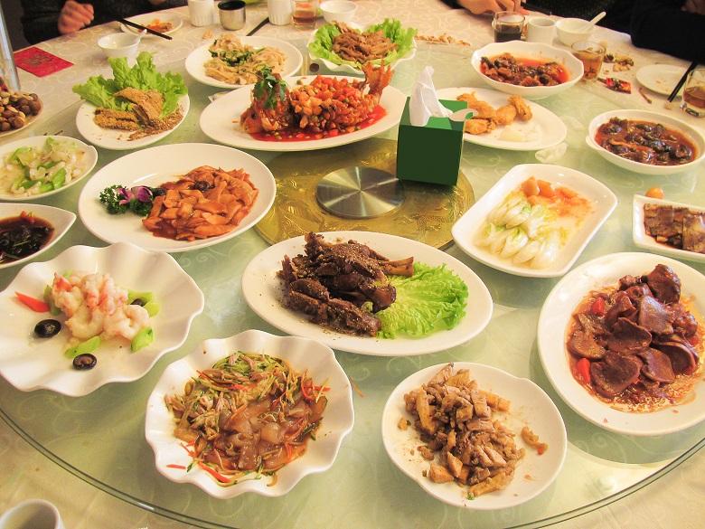 披露宴の料理は大皿で提供