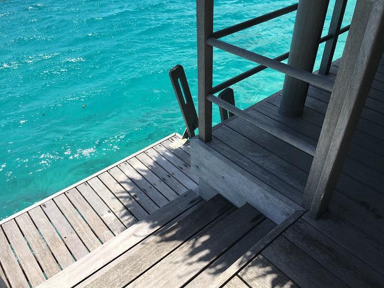 水上バンガローのテラスから海へエントリーOK